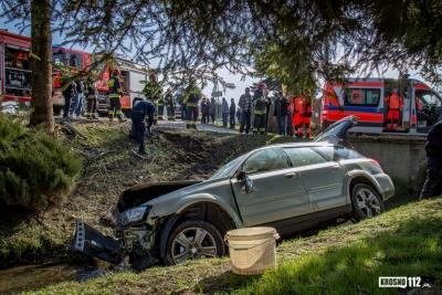 JEDLICZE: Wjechał Subaru w drzewo i potok