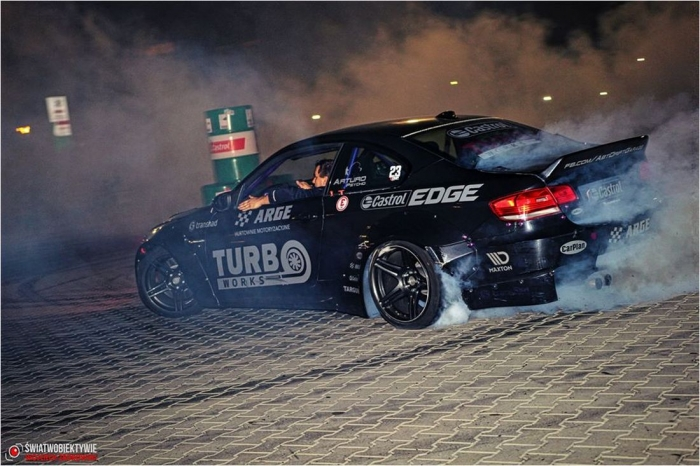 100 zdjęć Night Drift Show na parkingu ARGE